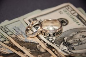Wedding_rings_and_money