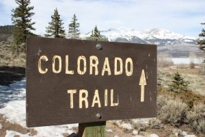 Colorado_trail_sign_and_mountains